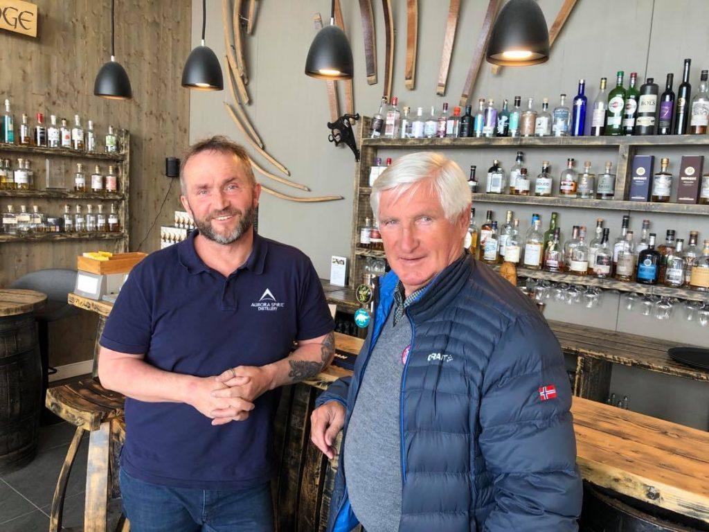 Daglig leder Tor Petter W. Christensen i Aurora Spirit Distillery (t.v.) forklarer Bjørn Wirkola litt om akevittproduksjonen.