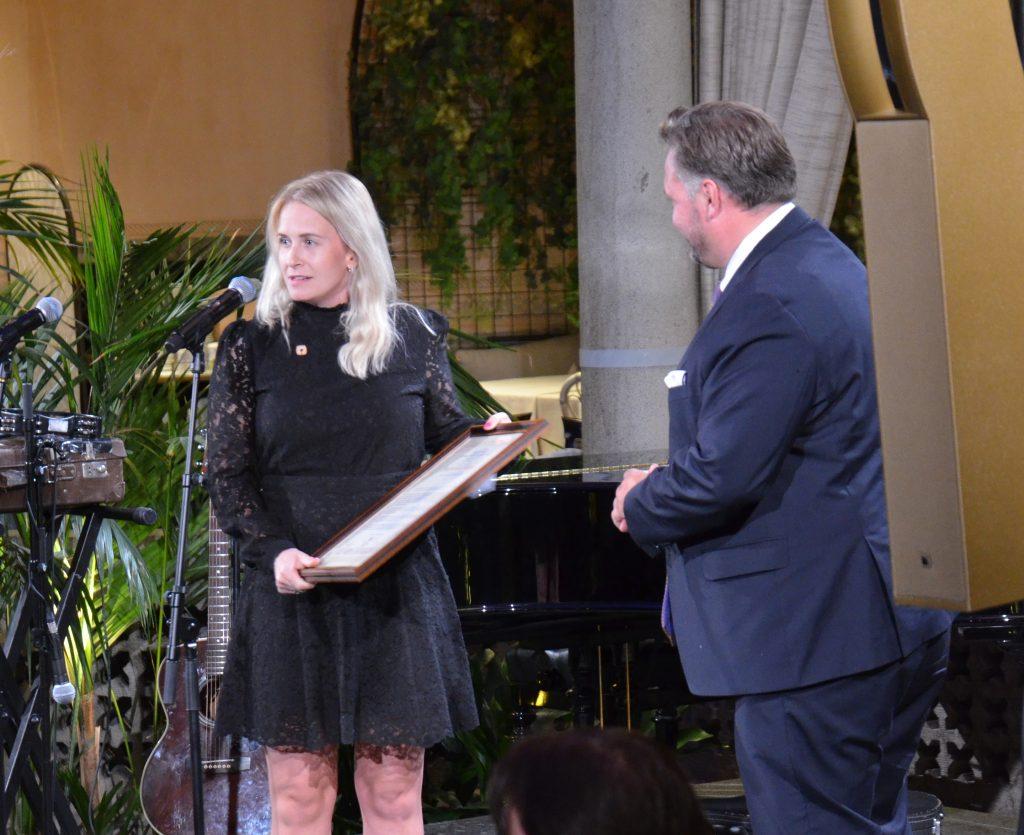 Elisabeth Gjestland overrekker autorisasjonsbeviset til hotellsjef Mikael Forselius.