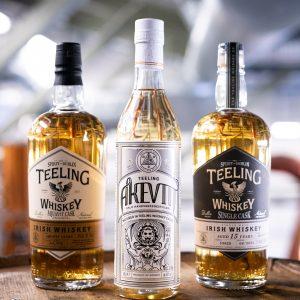 Bilde av OHD Akevitt Teeling Whisky samt to whiskyflasker fr Teeling.